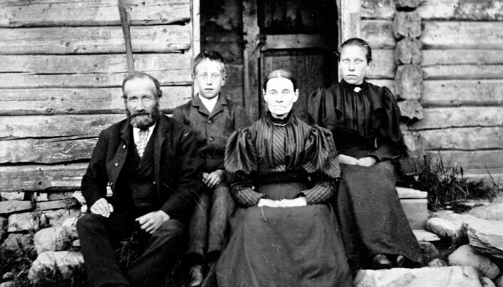 Nordmenn var på slutten av 1800-tallet mye mindre rike enn vi er i dag. Men var de dermed fattige? Kan vi ha misforstått? Her et foto av husmann Ole Andersen med kona Tonette og barna Otto og Trine. Familien bodde på Helgøya i Mjøsa. (Ukjent fotograf)