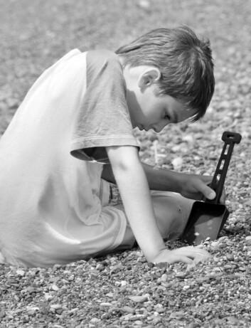 """""""Noen autister er bare litt innesluttet, mens andre mangler helt kontakt med omverdenen. Ingen vet ennå hva som forårsaker forstyrrelsene, men nye studier antyder i hvert fall noen risikofaktorer."""" (Illustrasjonsfoto: Colourbox)"""