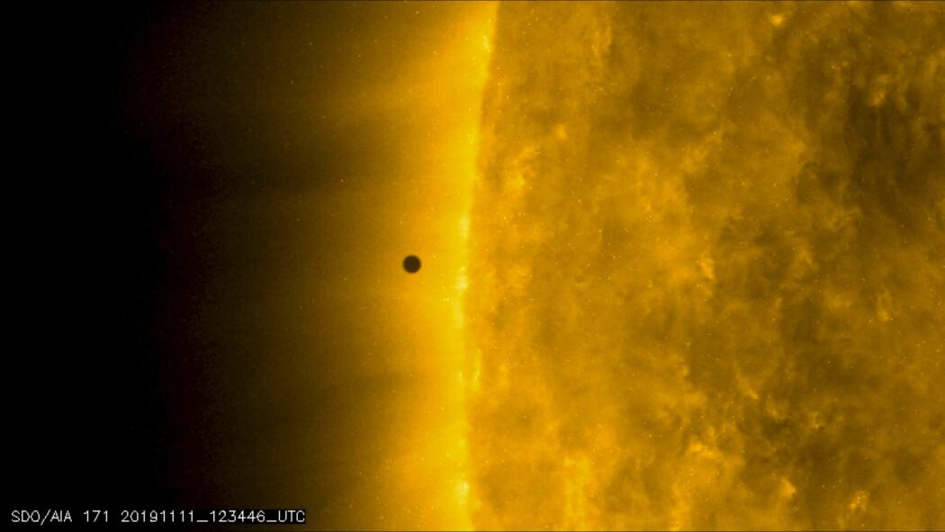 Stillbilde fra NASA som viser Merkur idet planeten passerer mellom jorda og sola mandag. (Foto: NASA Solar Dynamics Observatory via AP / NTB scanpix)