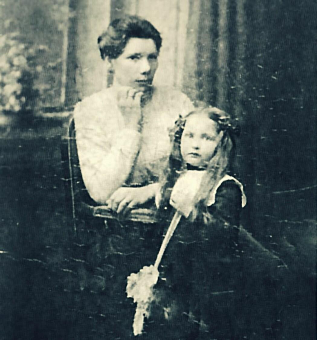 Ida Jørstad (sittende) var ifølge Morten Jentoft en høyt respektert kvinne i Tsypnavolok. Ingen vet hvordan det gikk med henne etter at hun ble arrestert høsten 1937.