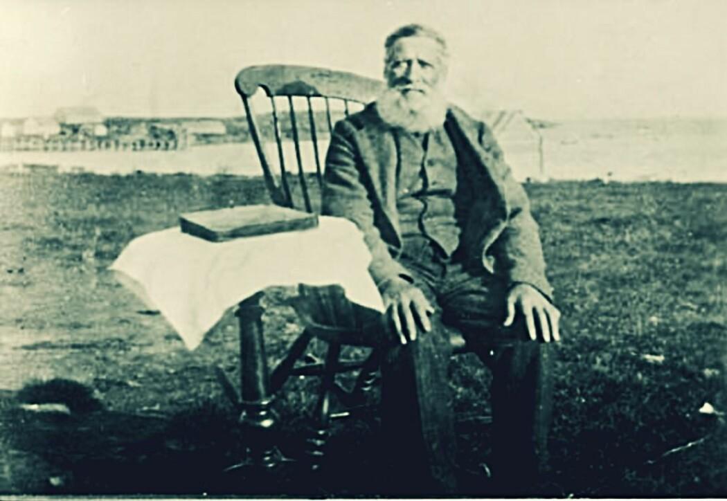 Per Jørstad i gyngestolen i Tsypnavolok rundt 1930. Han hadde vært med på å grunnlegge den norske bygda omkring 1870. Bildet er tatt på tampen av den lykkelige tiden for de norske kolonistene. Ti år etter var det ikke én nordmann igjen på Fiskerhalvøya.