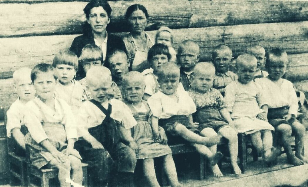 Barna fra norske Tsypnavolok led mye under krigen. Mange døde av sult og underernæring. Bildet er tatt i Tarza sør for Arkhangelsk, dit mange av nordmennene ble sendt.