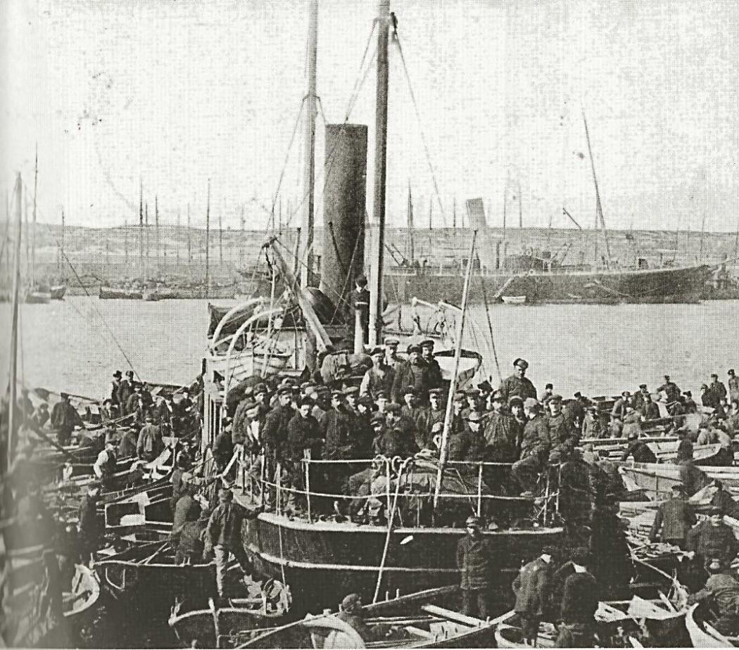 Bilde fra Vardø havn under fiske i 1908. I bakgrunnen det russiske passasjerskipet «Lomonosov» som gikk mellom Finnmark og Arkhangelsk om sommeren. Midt under den store utvandringen da titusener av nordmenn dro til Amerika i vest, var det også 200-300 nordmenn som dro østover De fleste av dem som satte kursen mot den nesten folketomme Murmankysten (russisk: <i>«Nordmann-kysten»</i>) var fra Finnmark og Troms, men noen kom lenger sørfra i Norge.