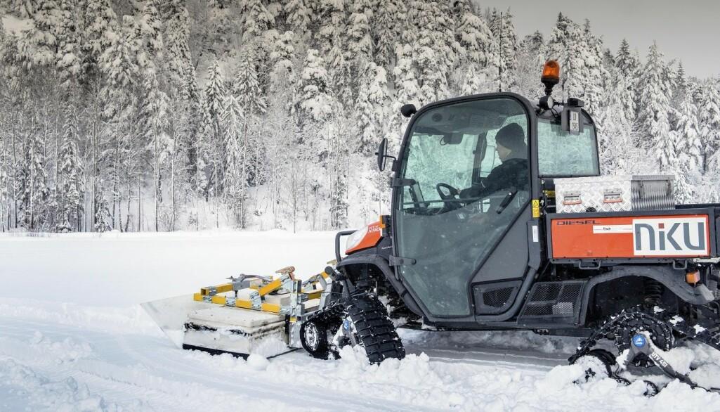 – Vi vil gjerne utvide perioden for arkeologiske undersøkelser til vintersesongen, sier forsker Manuel Gabler ved NIKU. Forskerne byttet ut hjulene med belter på traktoren som de vanligvis bruker, for å kunne teste georadaren på snø. (Foto: NIKU)
