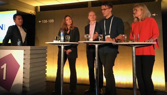Programleder i NRK Christian Strand ledet en paneldebatt om gentesting under EHIN-konferansen denne uka. Fra venstre Anne Kjersti Befring, Ole Johan Borge, Håvard Kristoffersen Hansen og Inger Lise Blyverket. (Foto: Siw Ellen Jakobsen)
