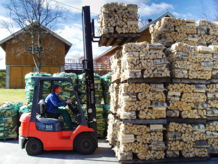 Stabling av vedsekker med truck. (Foto: Leif Kjøstelsen / Skog og landskap)