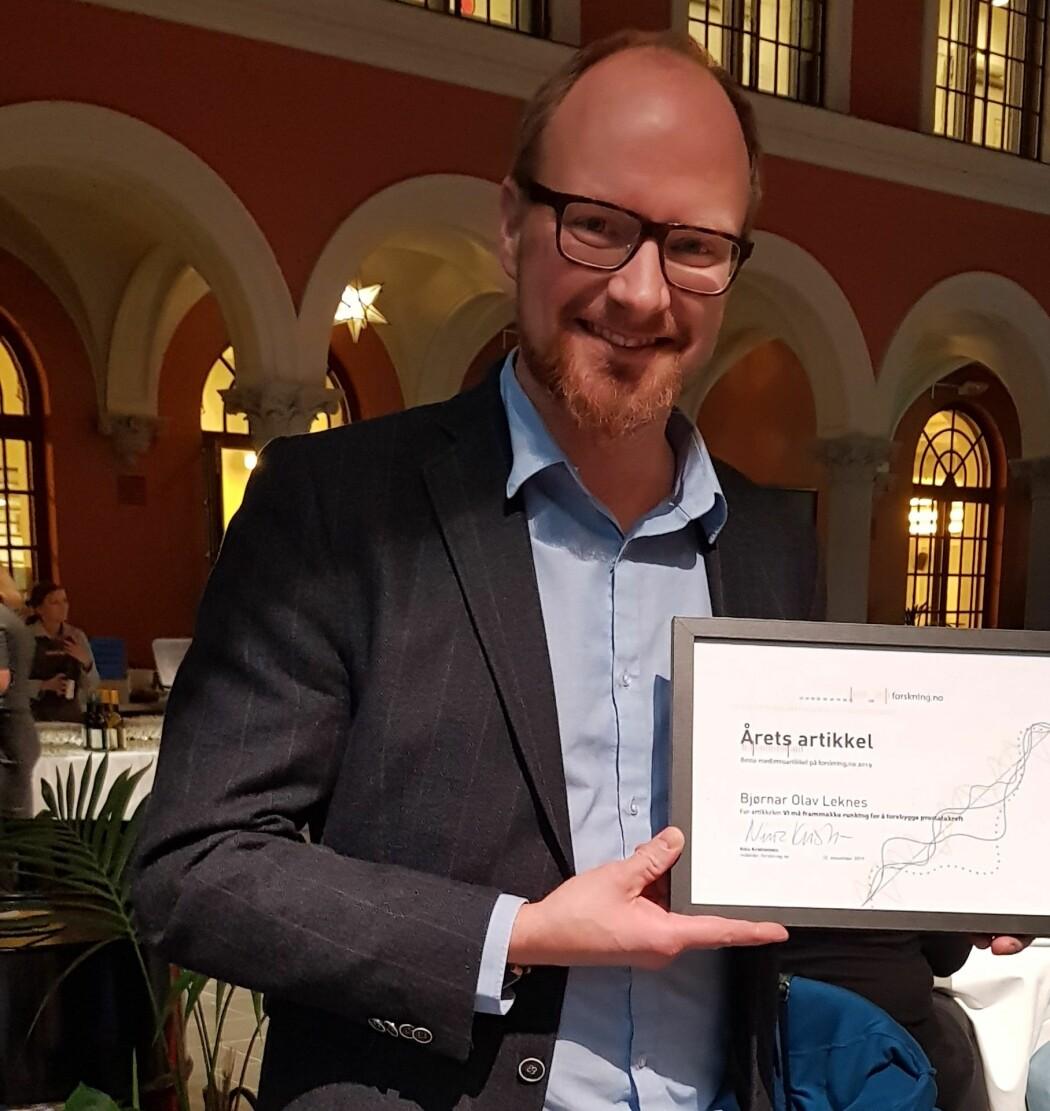 Her har Bjørnar Olav Leknes fått prisen for årets beste artikkel