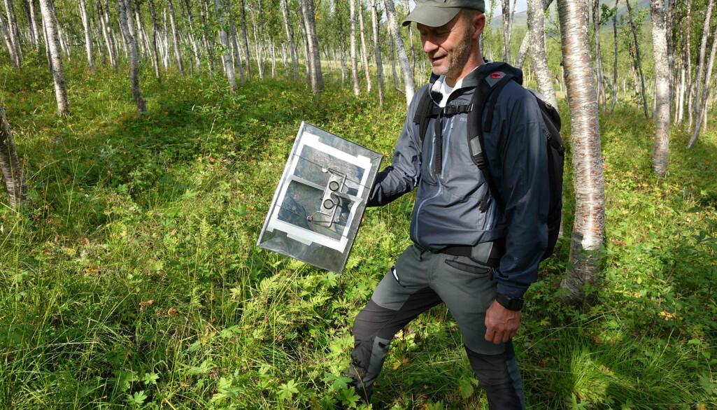 Her er Finn-Arne Haugen i feltarbeid med utstyr for kartlegging av vegetasjon.