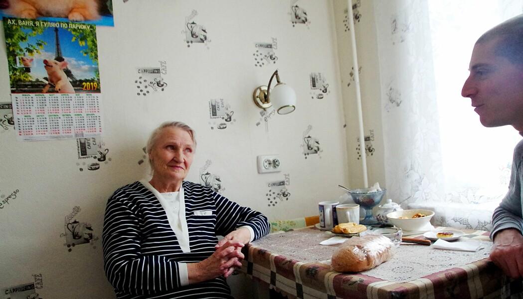 Gudrun Aleksandrovna Mironova husker godt de grusomme opplevelsene som barn. Men hun kan også fortelle om nordmenn og andre som gjorde motstand, på sitt vis. Lukas Allemann (til høyre) er fra Sveits og jobber som sosialantropolog og historiker hos Arktisk senter ved Lapplandsuniversitetet i Finland.