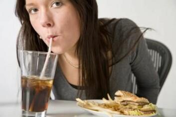 Sukkerholdige drikkevarer fører til vektøkning. Men to mennesker som drikker like mye brus, legger ikke nødvendigvis på seg like mye. Noen mennesker er genetisk mer tilbøyelige til å legge på seg. (Foto: Colourbox)