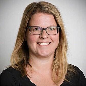 Gro Camilla Riis er manuellterapeut, og sier det er helt uproblematisk å tøye nakkens muskler