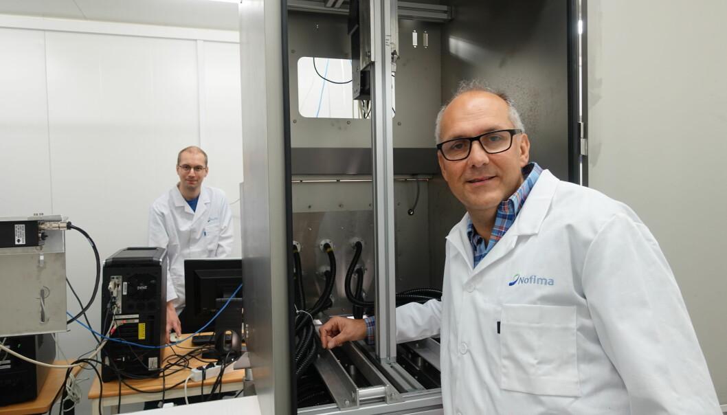Senior scientist Karsten Heia and researcher Stein-Kato Lindberg with the machine that can revolutionize the Norwegian fishing industry. (Photo: Anne-May Johansen © Nofima)