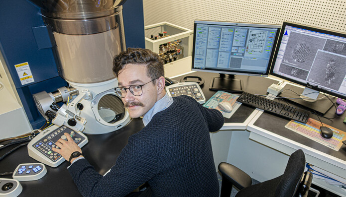 Christiansen experiments with aluminium crashes at the nano level. He uses NTNU's transmission electron microscope in his work.