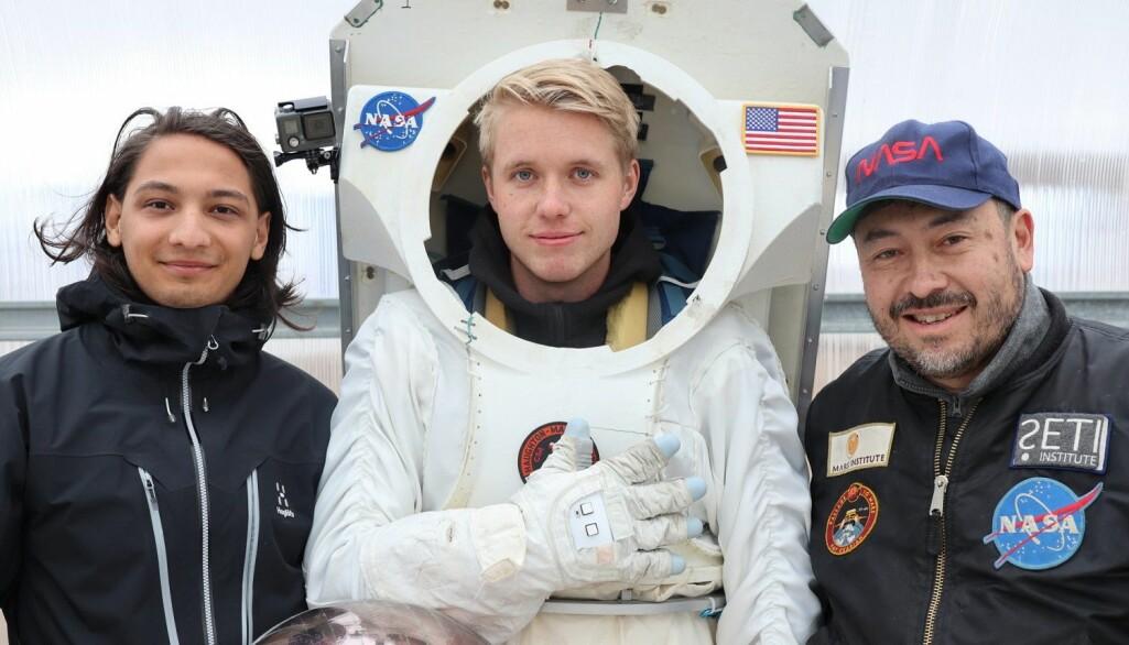 Gründerne og NTNU-studentene Moina Medboe Tamuly (t.v.) og Sondre Tagestad fra Ntention deltok på testingen av Ntentions smarte astronauthanske på forskningsstasjonen NASA Haughton-Mars Project. Til høyre doktor Pascal Lee, direktør for forskningsstasjonen på Devon Island og romforsker ved Mars Institute.