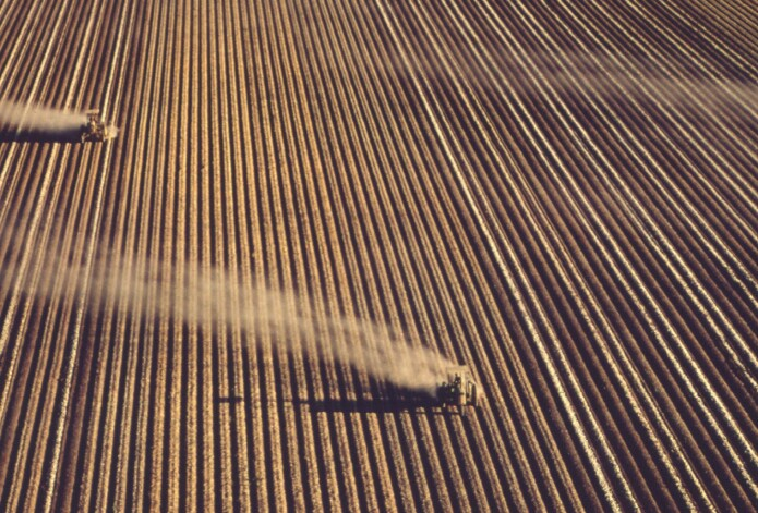 Amerikanske bønder gjødsler åkrer under andre verdenskrig. INMS sin rapport skriver at menneskeheten trenger nitrogengjødsel for å overleve, men at altfor mye sløses.