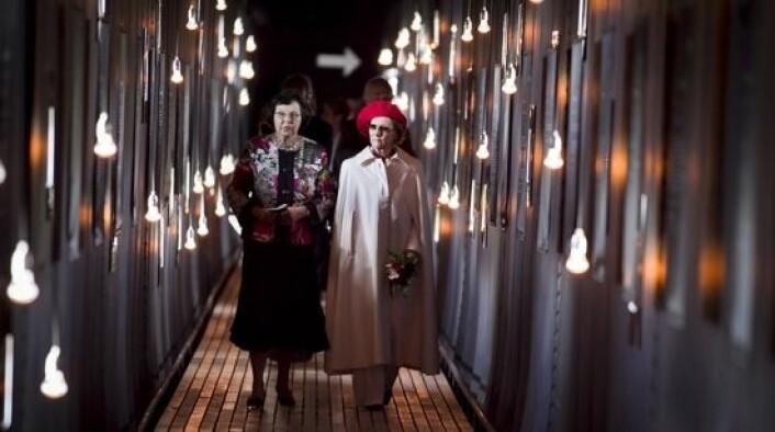 Dronning Sonja åpnet Steilneset Minnested. Her sammen med kronikkforfatteren, Liv Helene Willumsen, som er ekspert på trolldomsprosessene i Finnmark og har doktorgrad om emnet. (Foto: Heiko Junge, Scanpix)