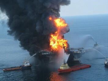 Oljeriggen Deepwater Horizon i flammer 21. april 2010. (Foto: US Coastguard)