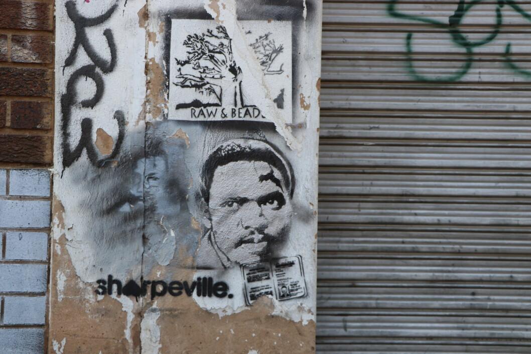 BILDEGALLERI: Gatekunst og graffiti kan være historisk og politisk. Her refereres det til Sharpeville-massakren 21. mars 1960 der 69 mennesker, i hovedsak svarte sør-afrikanere, ble drept og flere hundre såret under en demonstrasjon mot apartheid-regimet. Steve Biko (1946-1977) var leder av The Black Conscious Movement (BCM) og var en viktig aktivist og stor stemme mot regimet (Foto: OEM, Oktober 2019)