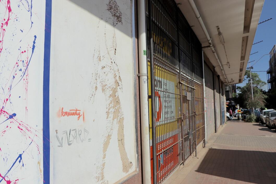 Verket av Hannelie Coetzee heter Trapsuutjies som betyr kamelon på Afrikaans. I motsetning til majoriteten av gatekunsten i Maboneng som bruker maling og spraybokser er Trapsuutjies risset inn i selve veggen. Arbeidet handler om noen som prøver å skape en tilknytning til byen (Foto: OEM, Oktober 2019)