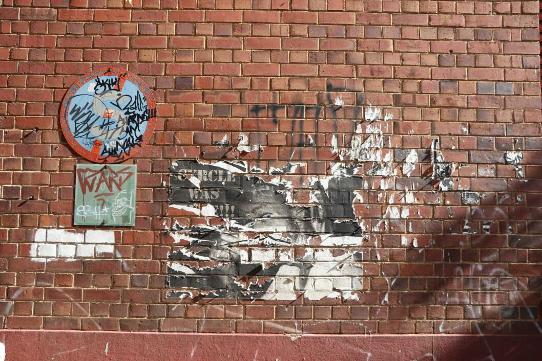 Gatekunst handler også om midlertidighet. Gatekunst og graffiti kan forsvinne. Det blir slitt vekk på grunn av vær og vind, revet ned, malt over, vegger og overflater sprekker opp, sementen flasser av, eller at andre kunstnere legger sitt verk oppå det eksisterende. Gjennom disse visuelle uttrykkene kan jeg oppleve hvordan urban rom er dynamiske, hvordan de kan endres og brukes til å uttrykke meninger og følelser (Foto: OEM, Oktober 2019)