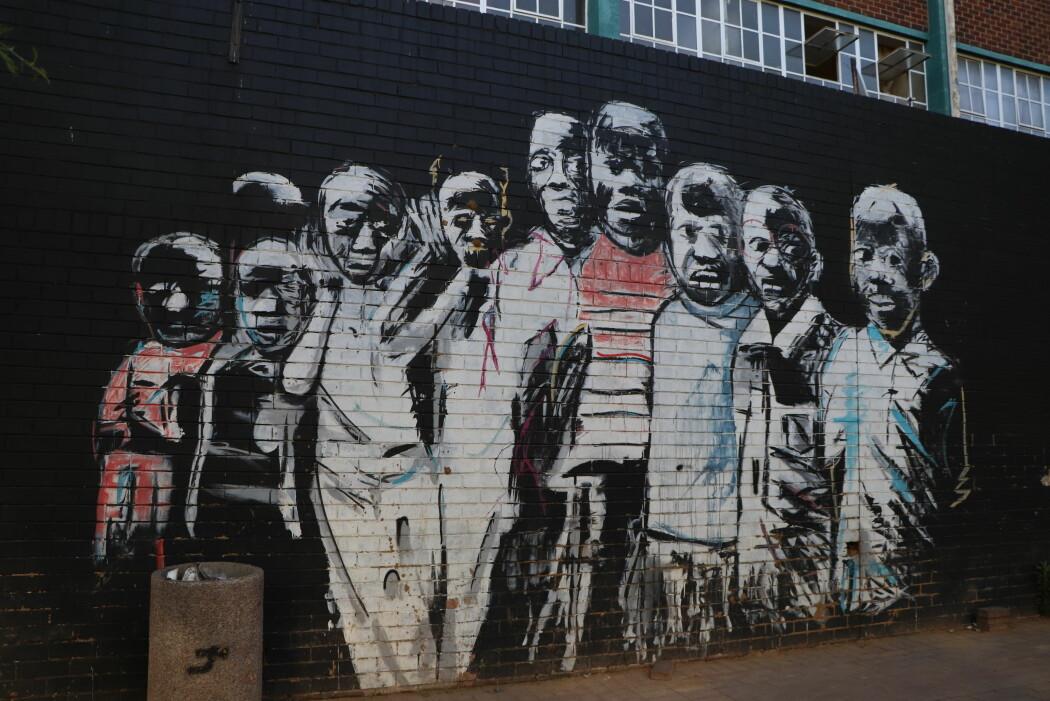 Dette og det første bilde (på topp) er begge del av et langt veggmaleri av kunstneren Nelson Makobo. Veggmaleri ble fullført i 2014 og betalt av Maboneng City Improvement District. Arbeidene til Makobo handler i stor grad om barn og ungdom som bor rundt og i byen. Han er opptatt av hvordan vi hele tiden tilpasser oss, endrer oss og beveger oss mot nye oppdagelser