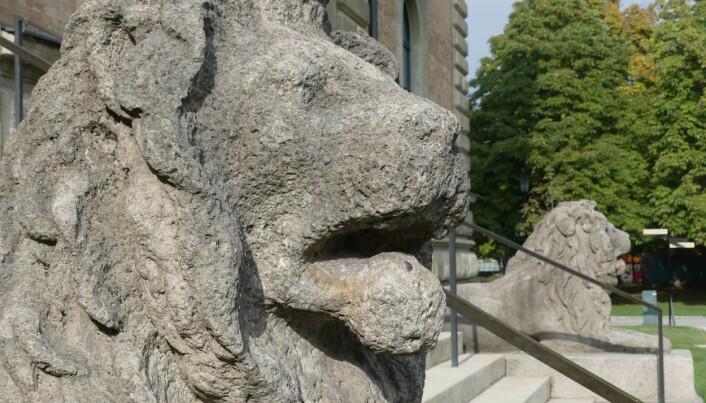 Mens det norske Stortingets løver er hugget i hard nordmarkitt, er løvene foran det gamle kunstmuseet i München skåret ut i bayersk kalkstein.