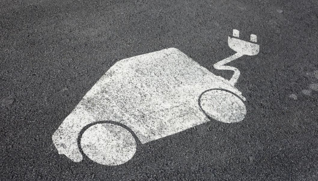 Erling Holden arbeider blant annet med å tallfeste elbilen som transportmiddel. Hvor miljøvennlig er den egentlig?