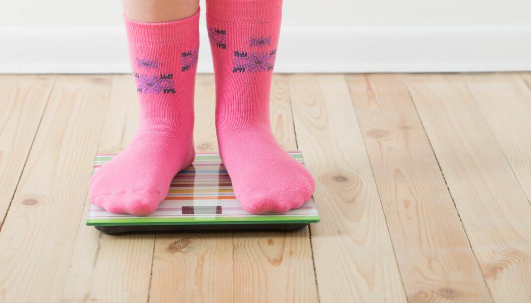Mange barn veier for mye. Kan bakterier i tarmen spille en rolle? (Foto: Maya Kruchankova / Shutterstock / NTB scanpix)