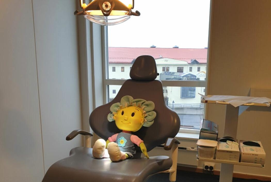 Bildet viser tannlegestolen på Statens barnehus Kristiansand. De kliniske rettsodontologiske undersøkelsene som gjennomføres på begjæring av politiet ved mistanke om vold og/eller seksuelle overgrep skal være minst mulig belastende for barna.