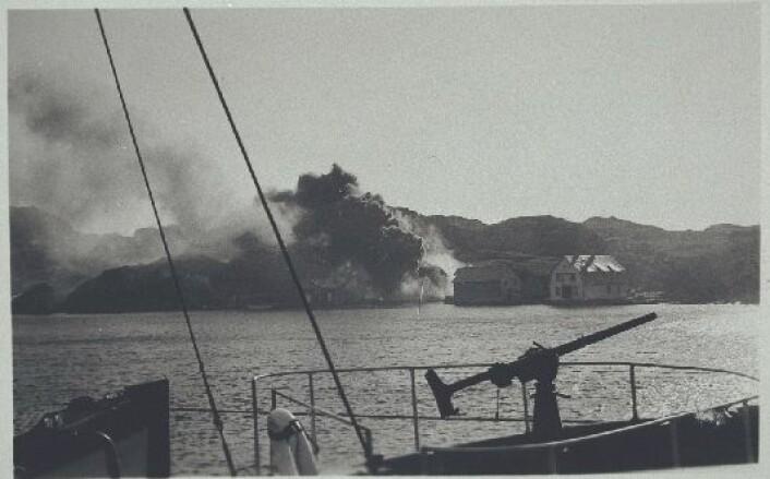 Telavåg jevnes med jorden 30. april 1942. (Foto: Nordsjøfartsmuseet)