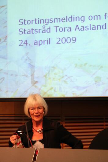 Forskningsminister Tora Aasland kutter målet om 3 prosent av BNP til FoU, men holder fast på de lange linjene i forskningspolitikken.