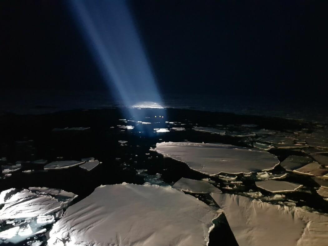 I polarnattens mørke leiter Arven etter Nansen forskere etter oseanografiske rigger, som har stått ute i havet de siste et til to år, og samlet inn viktige data for å forstå endringene i farvannene øst og nord for Svalbard.