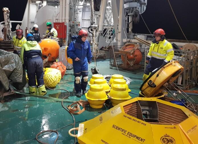 Når en oseanografisk rigg er trygt ombord etter å ha stått et til to år ute i havet, er det tid for å pleie de oseanografiske måleinstrumentene på riggen.