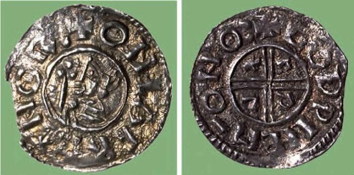 Den første norske penningen fra år 995, lagd under kong Olav Tryggvason. På forsiden står det «ONLAF REX NORmannorum» (<i>Olav nordmennenes konge)</i> og på baksiden GODWINE MO NOR (<i>Godwine myntmester i Norge</i>).