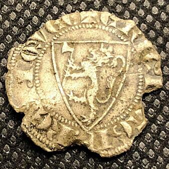 Kong Eirik Magnusson (1280-1299) utformet det norske riksvåpenet slik vi kjenner det i dag. I tråd med datidens idealer falt valget på noe så unorsk som en løve. Den ga kong Eirik en øks mellom labbene og en krone på hodet. Her en sølvpenning fra Eirik Magnussons tid funnet av en metalleter Roy Søreng på dyrket mark i Trøndelag i 2018.