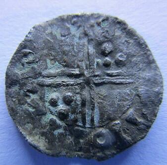 Denne sjeldne penningen fra vikingkongen Harald Hardråde (1047-1066) sin tid ble funnet av metallsøker Egil Bjørnsgård på dyrket mark i Oppland i 2015.