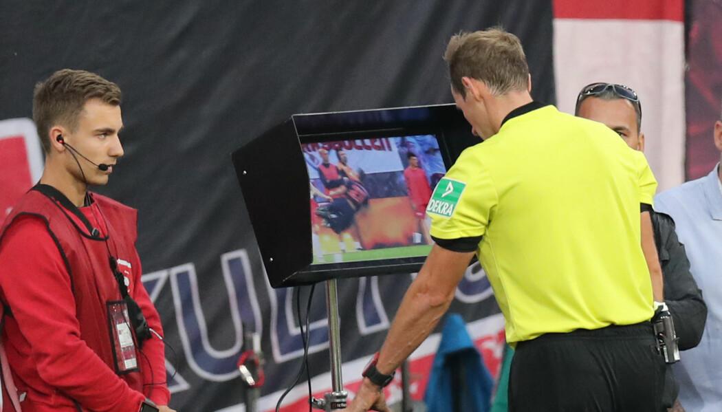 I enkelte fotballigaer kan dommeren se situasjonen i reprise flere ganger for å vurdere om han skal gi rødt kort, straffe eller annullere et mål.