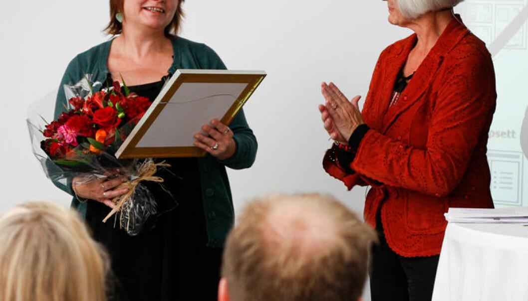 forskning.no vant Forskningrådets formidlingspris for 2010. Her mottar redaktør Nina Kristiansen prisen fra forsknings- og høyere utdanningsminister Tora Aasland (Foto: Marianne Røsvik)