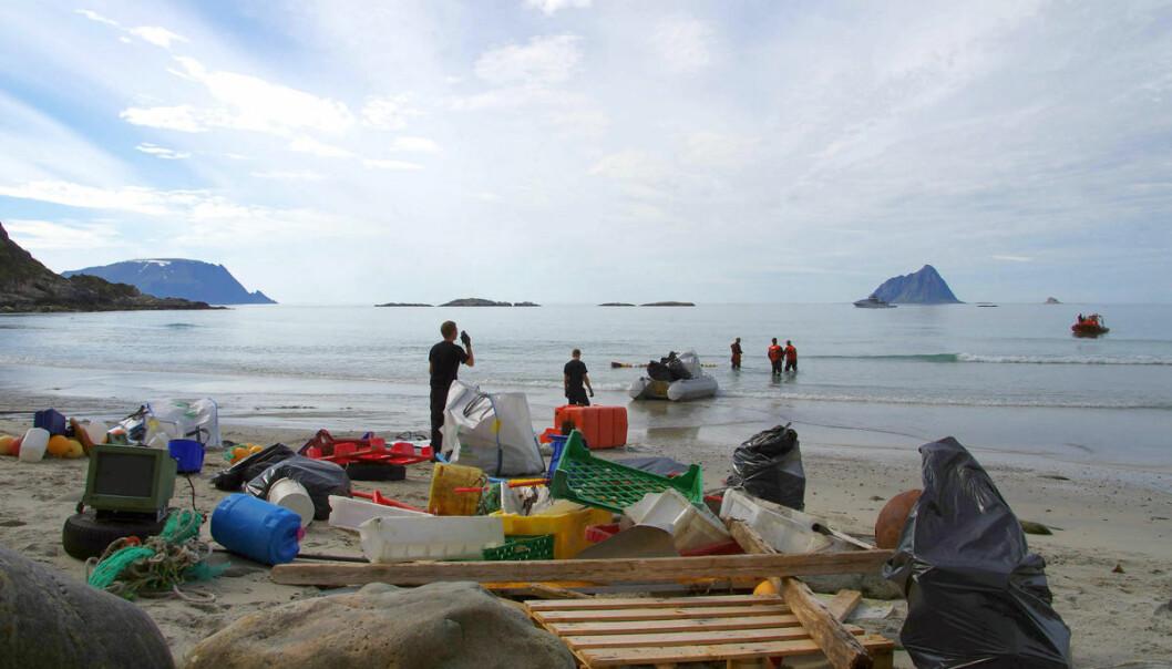 Hvorfor plasten ender i havet er det mange årsaker til. Nå har to forskere tilknyttet Framsenteret sammenstilt forskning som avdekker kunnskapshull omkring plast i Arktis. Bildet er tatt under opprydding av plast langs kysten av Troms.
