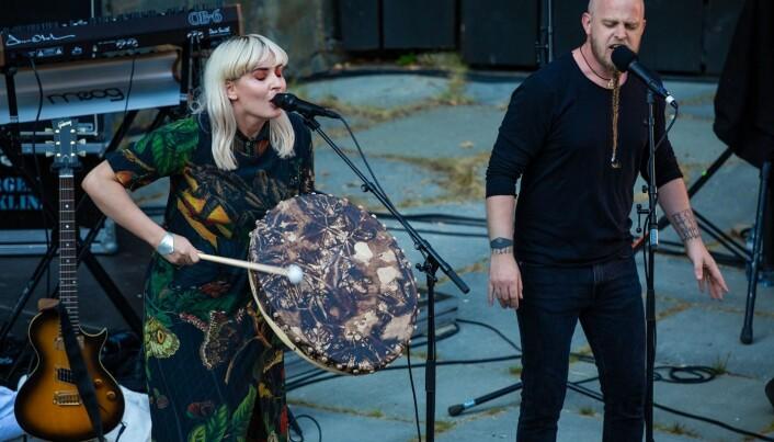 Den færøyske artisten Eivør var med på scena på Moster. Her saman med Einar Selvik.