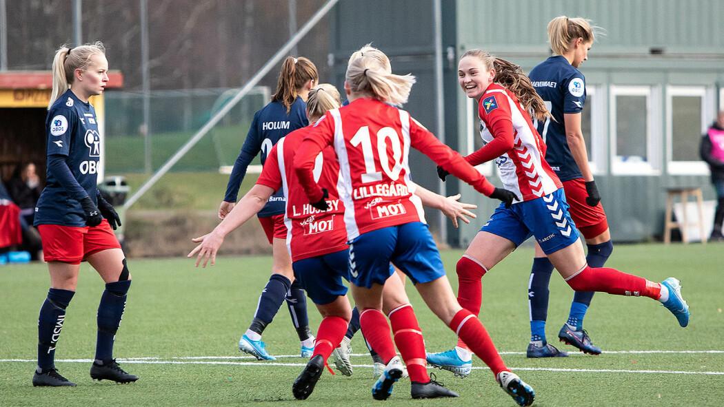 Vilde Hasund og Lyn-laget feirer skåring i kampen mot Røa, 2. november 2019