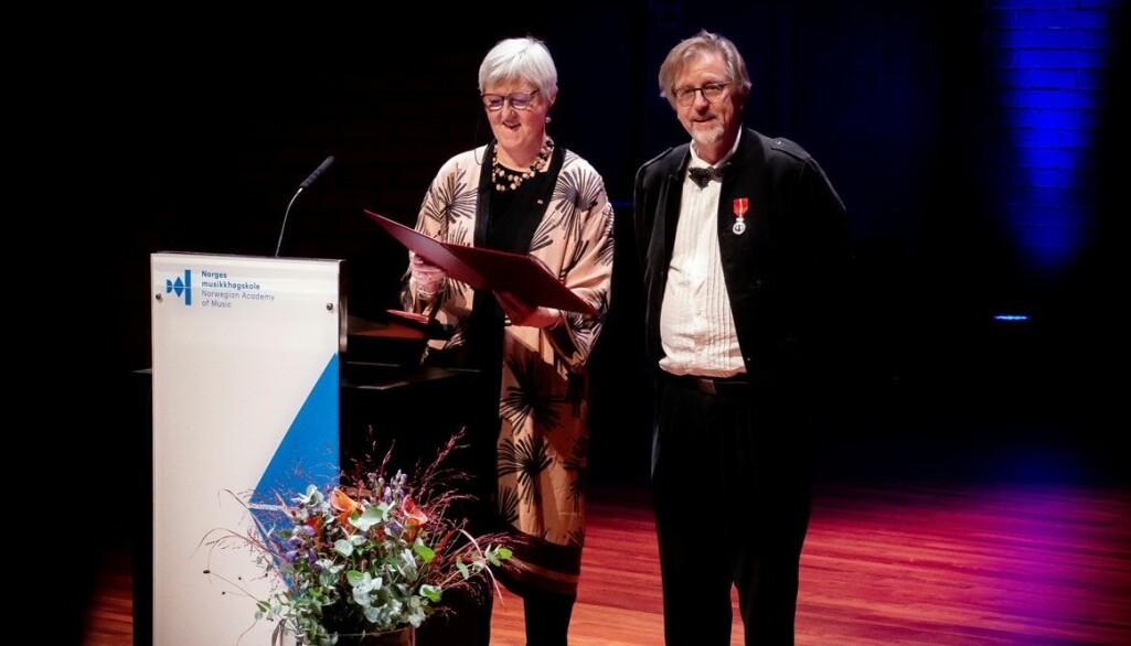 Komponist Lasse Thoresen fikk overrakt medaljen av fylkesmann Valgerd Svarstad Haugland.