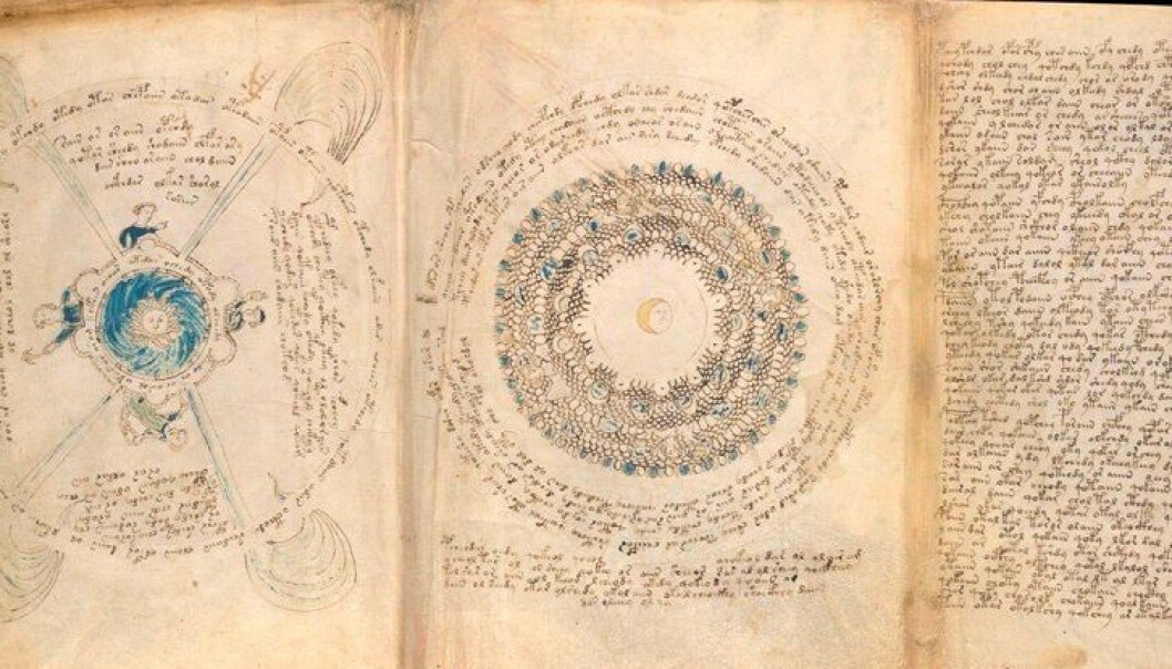 Boken er full av mystiske bilder og mange sider med masse mystisk tekst.