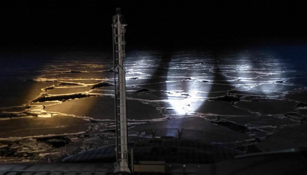 Lyskastere skinner ut i mørket fra forskningsskipet FF Kronprins Haakon. (Bilde: Øyvind Lundsgaard)
