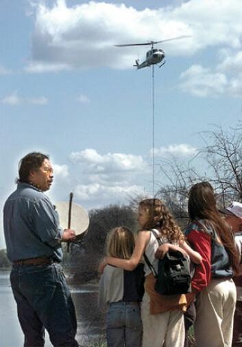 """""""Uansett Kennewick-mannens etnisitet: Funnet og omstendighetene rundt det har vakt følelser. Alan Cliff fremfører en indianske trommeseremoni, mens et helikopter bringer beinrestene i forvaring..."""""""