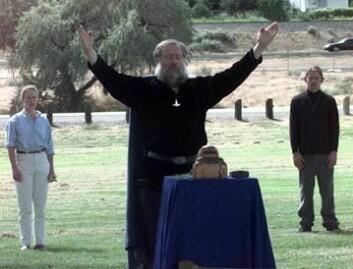 """""""...mens Asatrulagets prest Steve McNallen fremfører et norrønt rituale ved lagets Odin-alter. Asatrulaget hevdet også slektskap til Kennewickmannen, som de så på som den første norrøne innvandrer."""""""