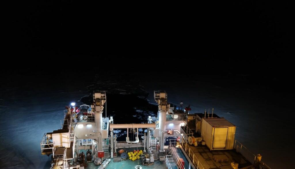 Arbeidet ombord på et skip foregår dag og natt for å utnytte til fulle den dyrebare skipstida. Allikevel føles nattskift roligere selv om arbeidet går for fult (Foto: Angelika Renner)