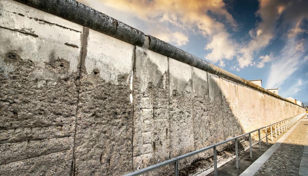 Berlinmuren, symbolet på skillet mellom øst og vest, blir revet i 1989 og Europa går gjennom store omveltninger. I Berlin, langs Bernauer Strasse, er deler av muren bevart.