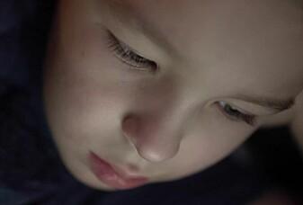 Blir hjernen annerledes hvis barn ser på skjerm i timevis?