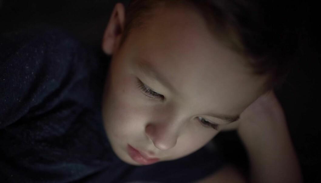 Små barn bør ikke se på skjerm mer enn en time hver dag, i helst ikke alene. Det mener Verdens helseorganisasjon.